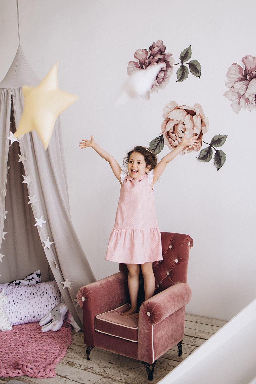 Как оформить стены детской для девочки