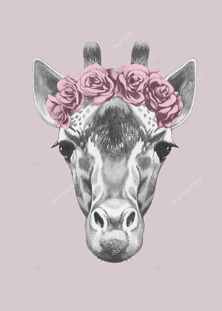Портрет жирафа с цветочным венком  - фото