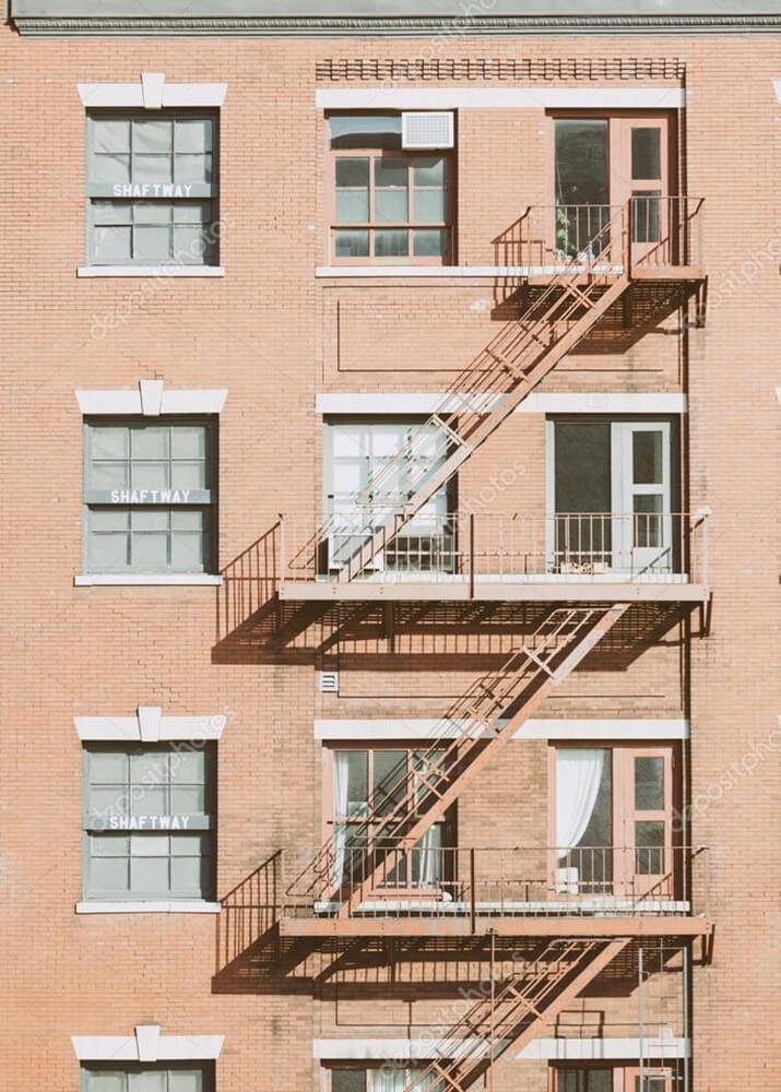 Постер окна на пудровом фасаде  - фото